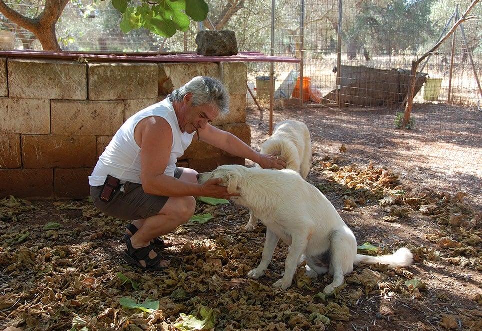 tierschuetzer-toni-mit-zwei-hunden